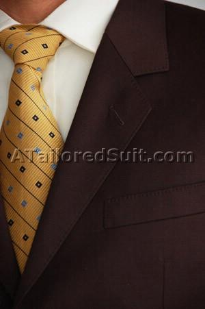 Коричневый мужской костюм с завязанным галстуком золотого цвета